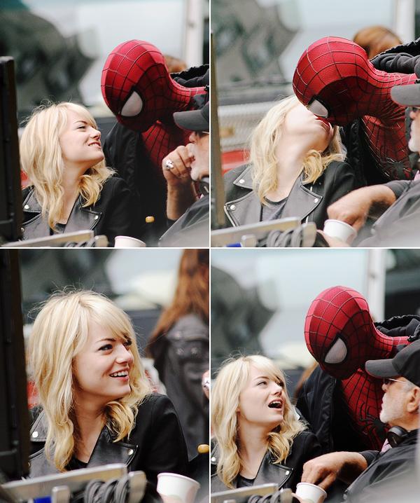 18.05.2013 : Emma Stone, son frère Spencer et Andrew sur le tournage de TASM 2 à New-York.