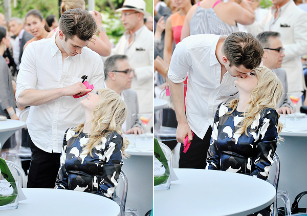 22.05.2013  • Emma, sa mère (Krista) et Andrew Garfield étaient au  Peace, Love & A Cure 2013.