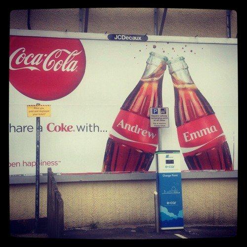 Une photo d'une pub Coca-Cola tourne sur tumblr avec les prénoms d'Emma & Andrew, J'ADORE!