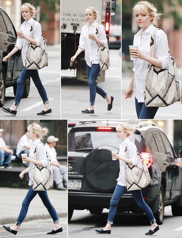 18.06.2013 : Pour changer, Emma Stone était dans les rues de New-York, un café à la main.