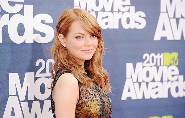 Flash-Back  • Le 05 Juin 2011 la belle Emma Stone était présente aux MTV Movie Awards à LA.   Elle portait une robe Bottega Veneta et des chaussures signées Casadei. Je la trouve vraiment sublime et vous?