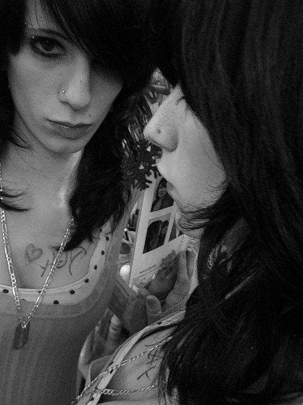 Tu fais naitre jour après jour ce sourire bête sur mes lèvres.
