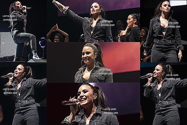 * 11/11/17 :     Demi L. a donné un concert pour l'événement « #FreeRadioLive » ,situé dans Birmingham en Angleterre. Plus tôt, Demi a été vue quittant son hôtel pour se rendre à cet événement. Demi est magnifique. Je suis fan de sa mise en beauté. Un Top pour sa tenue  *