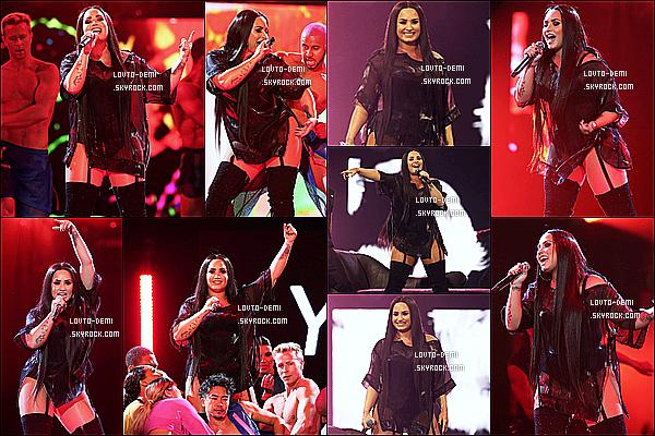 * 25/06/18 :    Demi L. a performé lors de sa tournée, « Tell Me You Love Me Tour » - au The O2 Arena, dans Londres. Les photos du Meet & Greet sont toujours aussi jolies. Demi est toute ravissante. J'aime bien sa tenue de scène et celle qu'elle porte avec ses fans. Tops  *