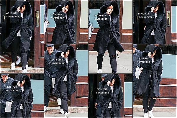 * 15/03/18 :    Demi Lovato a été repérée seule, alors qu'elle quittait son hôtel, qui se trouve dans les rues de New York. Demi L. est belle mais c'est dommage qu'elle cache son visage avec sa capuche. La tenue qu'elle porte est sympa je trouve. C'est donc un Top pour moi.  *