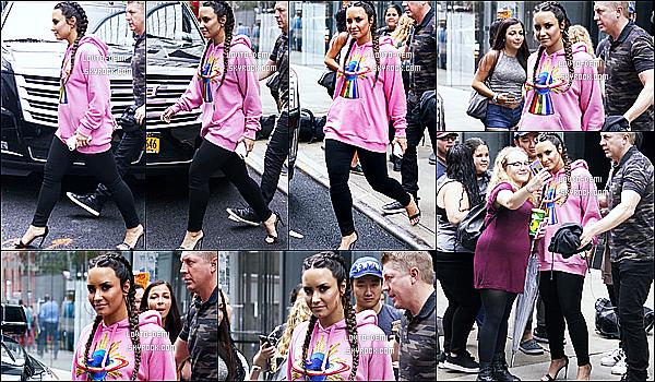 * 18/08/17 : Demi Lovato a été aperçue, alors qu'elle quittait puis arrivait à son hôtel - se situant dans New York. Demi a eu l'occassion de poser avec des fans. Demi est très belle. Les tresses lui vont bien je trouve. J'aime bien la tenue qu'elle porte, c'est un Top  *