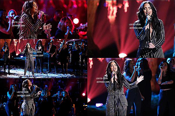 * 19/12/17 :    Demi Lovato était invitée dans l'émission de « The Voice USA » afin d'y performer pour la finale du show. Demi a performé sur sa chanson Tell Me You Love Me. En ce moment elle enchaîne les concerts. Demi est ravissante. Sa tenue est très jolie - Donc Top.  *
