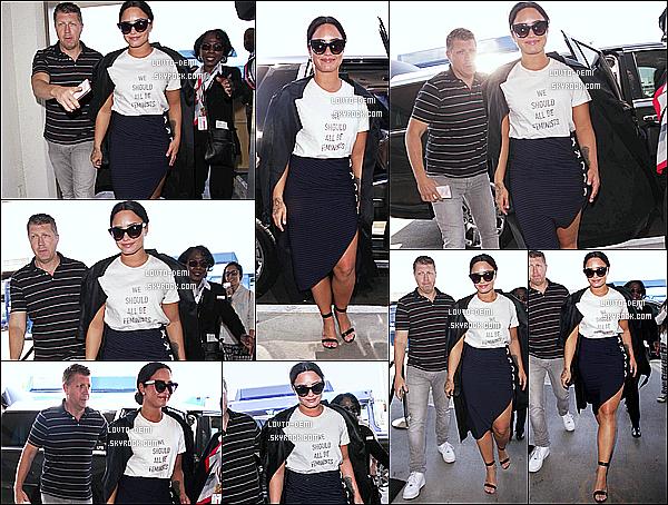 * 30/06/17 : Demi Lovato a été repérée lorsqu'elle arrivait à l'aéroport « LAX » - qui se trouve dans Los Angeles. C'est une fois de plus à l'aéroport que nous retrouvons la belle Demi. J'aime beaucoup la tenue qu'elle porte, elle lui va vraiment bien. C'est un Top.  *