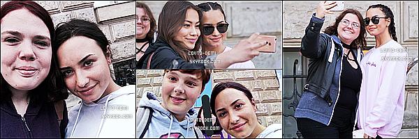 * 05/07/17 : Demi a été aperçue alors qu'elle quittait son hôtel, se trouvant dans les rues de Berlin, en Allemagne. Demi est jolie. J'aime bien ses tresses, ça lui va bien je trouve. Demi a pris le temps de poser avec des fans. Sa tenue est sympa. Un Top pour moi  *
