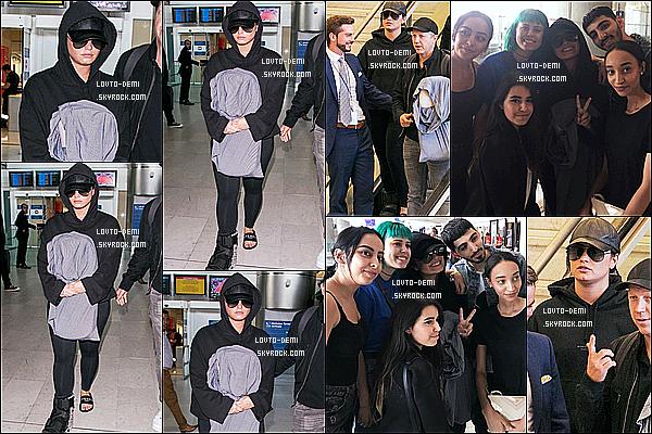 * 03/06/18 :    Demi L. a été repérée alors qu'elle arrivait à l'aéroport - « Charles de Gaulle » - qui se trouve dans Paris. C'est dommage que Demi se cache avec sa capuche sur les photos. Elle a pris le temps de poser avec des fans, ce qui est adorable de sa part. Un Flop.  *