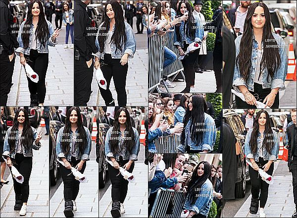 * 04/06/18 :    Demi Lovato a été aperçue, lorsqu'elle quittait son hôtel - se trouvant dans les rues de Paris - en France. Demi est très jolie. Elle est toujours aussi adorable de prendre le temps de poser avec ses fans. J'aime beaucoup la tenue qu'elle porte. Un Top pour moi.  *