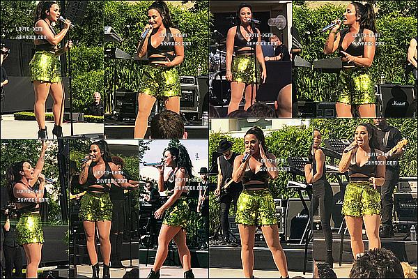 * 04/08/17 : Demi L. a donné un concert au « Apple Headquarters » - qui se trouve à Cupertino, en Californie. Demi est vraiment ravissante. Après le concert, elle a posé avec des fans. J'aime beaucoup la tenue qu'elle porte. Sa coiffure est jolie aussi. Un Top  *