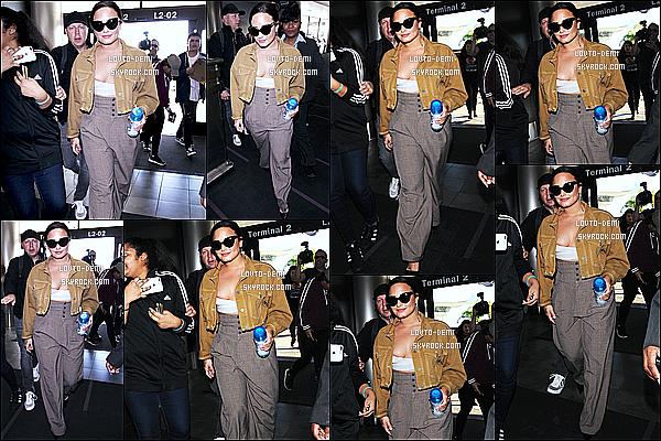 * 22/01/18 :    Demi Lovato a été aperçue seule, lorsqu'elle arrivait à l'aéroport « LAX » qui se trouve dans Los Angeles. Demi en a profité pour signer quelques autographes pour des fans à l'aéroport. En tout cas elle est toute jolie. Je suis fan de la tenue qu'elle porte, un Top  *