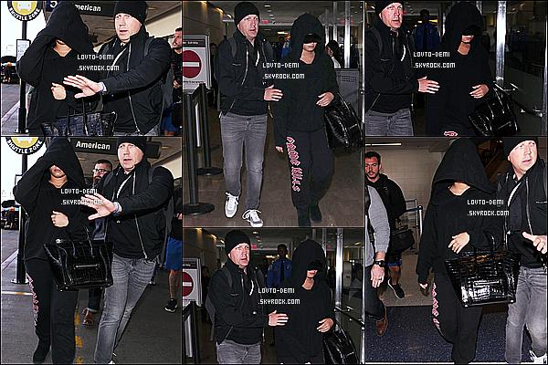 * 25/01/18 :    Demi a été repérée quand elle arrivait à l'aéroport international  « LAX » - qui se trouve dans Los Angeles. C'est dommage que Demi se cache derrière sa capuche. Après un court passage à New York, Demi est de retour à Los Angeles - Un Bof pour sa tenue !  *