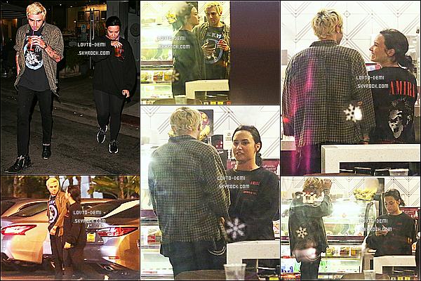 * 04/11/18 :    Demi a été répérée alors qu'elle quittait un café avec Henry Levy - situé dans les rues de West Hollywood. Ca fait plaisir d'avoir enfin des nouvelles de Demi après tout ce temps et de voir aussi qu'elle va mieux. Elle est belle. J'aime bien sa tenue. C'est un Top !  *