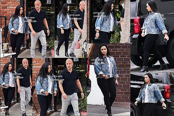 * 07/11/18 :    La ravissante Demi a été aperçue alors qu'elle se promenait dans les rues de Los Angeles, en Californie. Demi se décide enfin à sortir. Elle était très belle. J'aime beaucoup la tenue qu'elle porte, tout est très jolis y compris ses bottines - C'est un Top pour moi.  *