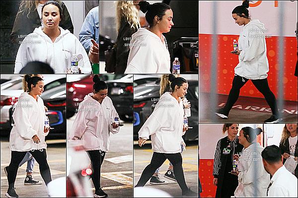 * 13/12/18 :    Demi est allée faire du shopping dans le centre commercial « Westfield Century City » - à Los Angeles. Demi était accompagnée de ses copines. Elle est superbe, j'aime bien son chignon. Elle porte une tenue assez simple mais que j'aime bien. Top pour moi  *