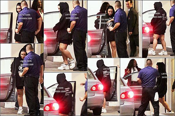 * '•-15/08/19-' : Demi L. a été repérée lorsqu'elle se rendait au cinéma « Arclight Theatre » - se trouvant dans Los Angeles. Ca fait plaisir d'avoir des nouvelles de Demi. Elle était accompagnée de son meilleur ami Matthew Montgomery. Sa tenue est sympa. Top. *