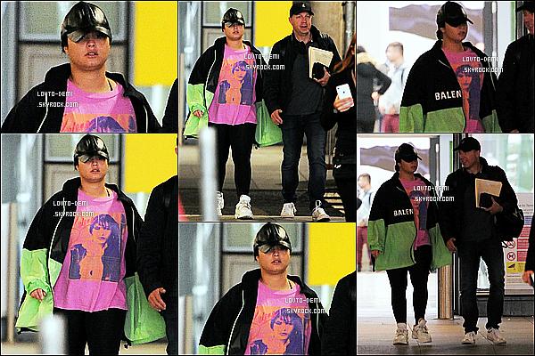 * '•-17/08/19-' : Demi Lovato a été aperçue, alors qu'elle arrivait à l'aéroport « Heathrow  » - situé dans la ville de Londres. Pas beaucoup de photos sont disponibles mais Demi était superbe. Par contre je ne suis pas fan de la tenue qu'elle porte - C'est un Flop ! *