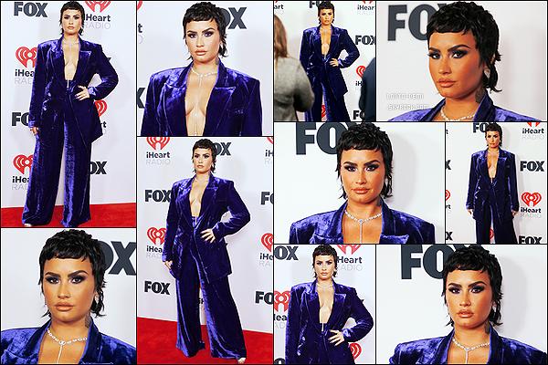 * '•-27/05/21 ─-' Demi était présente à l'événement « IHeart Music Awards » - qui se déroulait dans la ville de Los Angeles. Pendant l'événement Demi est montée sur scène pour chanter. J'aime plutôt bien la tenue qu'elle porte mais pas trop la coiffure. Petit Top *