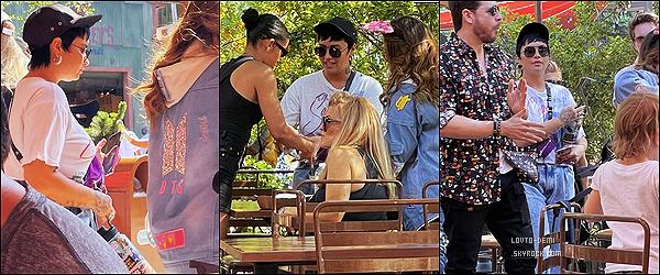 * '•-20/06/21 ─-' Demi a été photographiée par des fans dans le parc « DisneyLand » se trouvant à Anaheim, en Californie. Demi a profiter de sa journée en allée à DisneyLand avec ses amis. Demi est superbe. La tenue qu'elle porte est sympa. C'est donc un Top *
