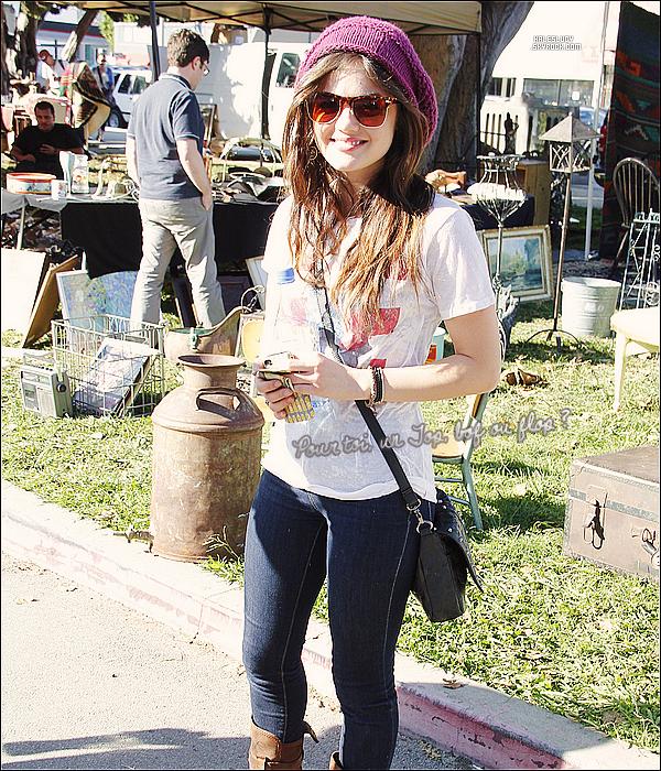 . 27/11/2011 - Lucy H. faisait du shopping au marché aux puces de Los Angeles. .