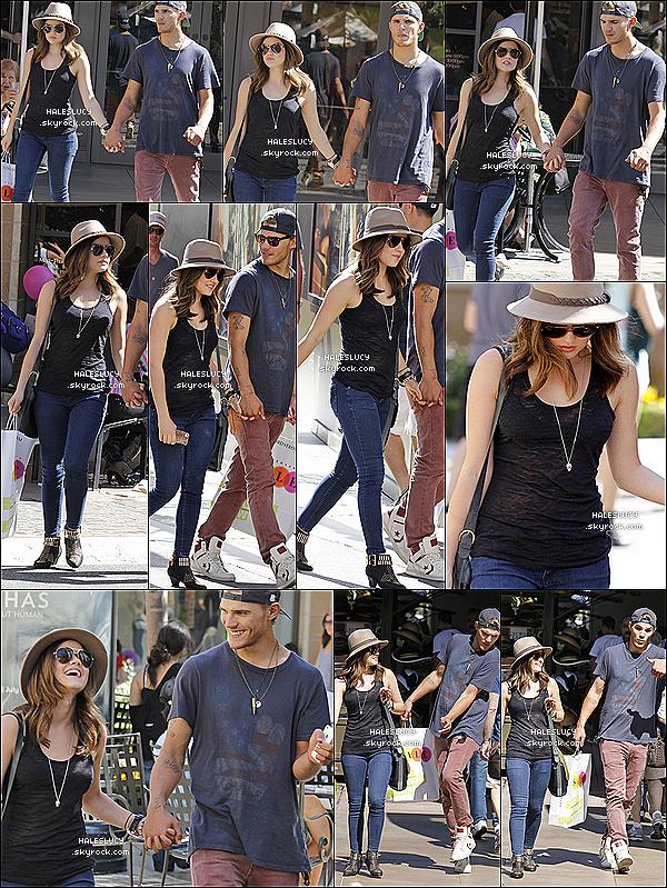 . 29/07/2012 - Lucy et Christopher faisaient du shopping à Nordstrom au Groove.Nos tourtereaux avaient l'air d'être  très complices et de beaucoup s'amuser ! - Top, bof, flop, pour Lucy ?.