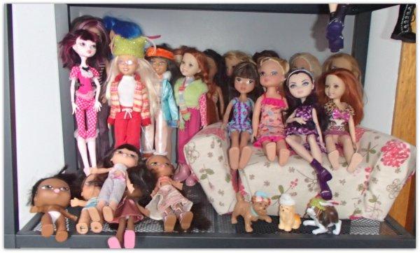 Présentation de mes poupées sur étagère