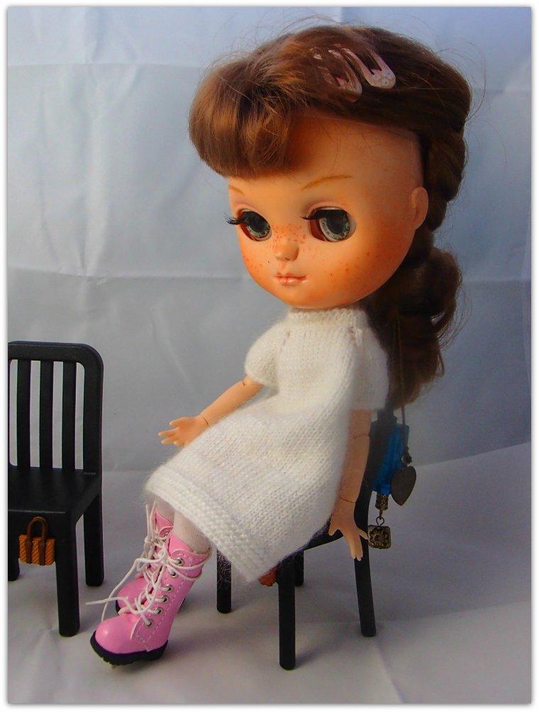Rosie essaye les nouvelles chaises Ikea