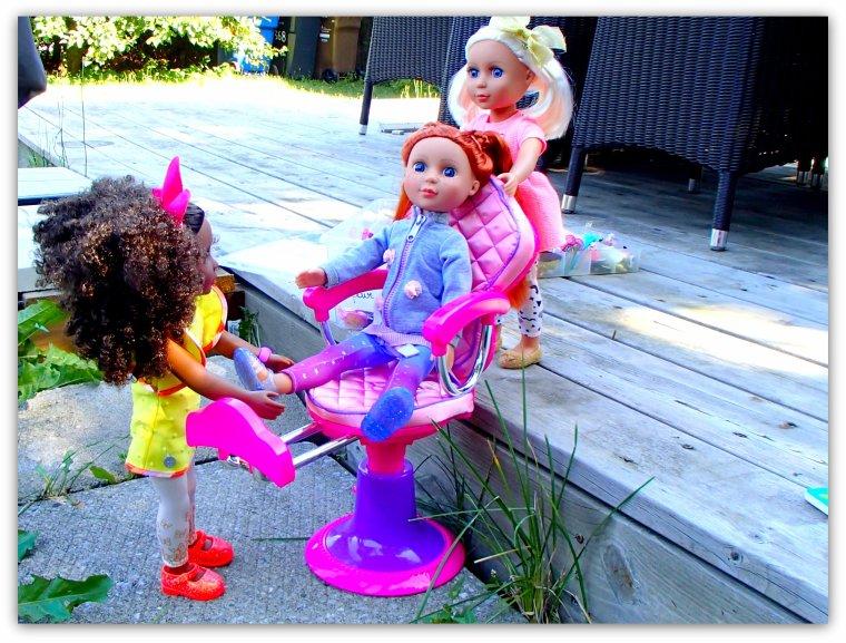 Les filles se sont installées pour jouer dehors suite 2