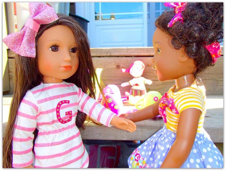 Les filles se sont installées pour jouer dehors