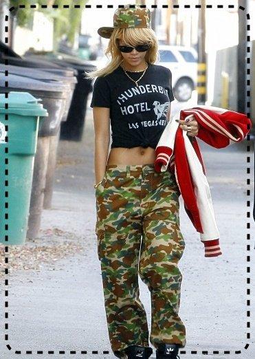Rihanna quittant un studio d'enregistrement à Los Angeles . Coté tenue c'est un BOF ( J'adore ses chaussures & sa veste *_* ). & vous , TOP ou FLOP ?