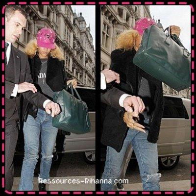 Préparation de ' talk that talk ' partie 1 & 2 . Quelques passages au début assez drôle :) ! + Riri arrivant à son hotel à Londres  ,Flop !