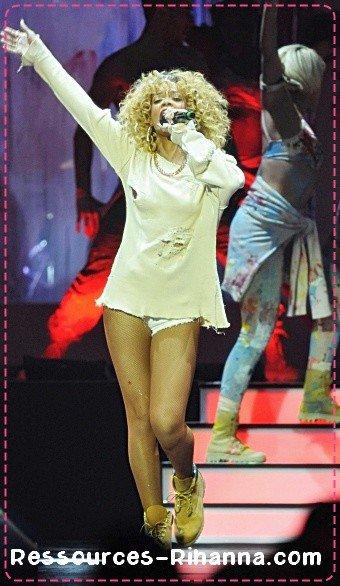 Performance de Rihanna aux brit Awards sur ' We found Love ' avec vidéo de ses remerciements pour son Prix .  + Riri dans la press Room très heureuse . + Rihanna quittant une boite de nuit à Londres !