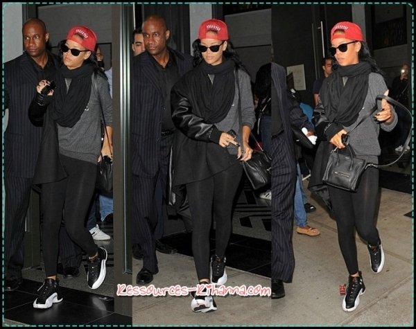 Rihanna quittant les studios 'NBC' + Rihanna rentre à Son Hôtel + Rihanna quittant son hôtel + Performance .