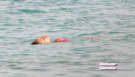 Rihanna se relaxe en Barbade + outtakes du photoshoot pour Happer's Bazaar .
