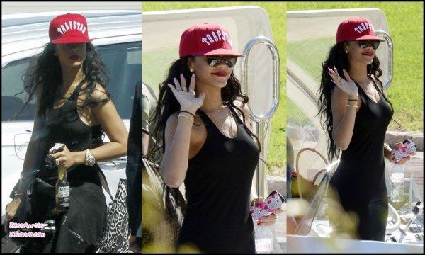 Rihanna arrive en Italie + Rihanna prend du bon temps en Barbade .