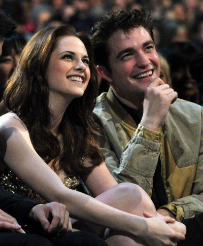 Kristen Stewart et Robert Pattinson tout sourire lors de la cérémonie des «People Choice Awards» qui a eu lieu hier a Los Angeles.