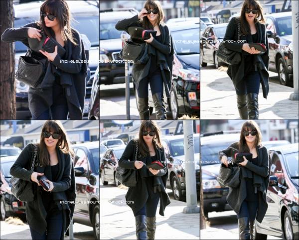 17/01/12 - Lea a été aperçue allant manger dans un restaurant.