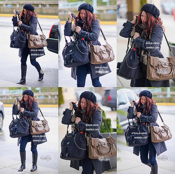 23/12/2014.Emiliea été aperçue à l'aéroport de Vancouver de retour à L.A pour les fêtes de fin d'année.