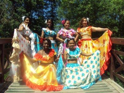 Les danseuses de Couleur kafrine avec leurs différentes tenues fokloriques.