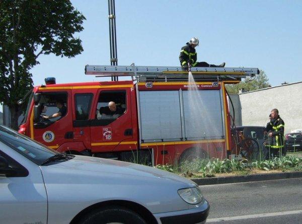 pompiers qui arrosent plantation durant l été