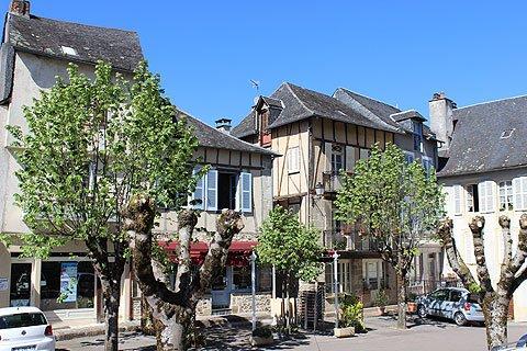 Bonjour je vous souhaite une excellente semaine. Les photos ci-dessous concernent un très joli petit village corrèzien DONZENAC qui est situé près de BRIVE