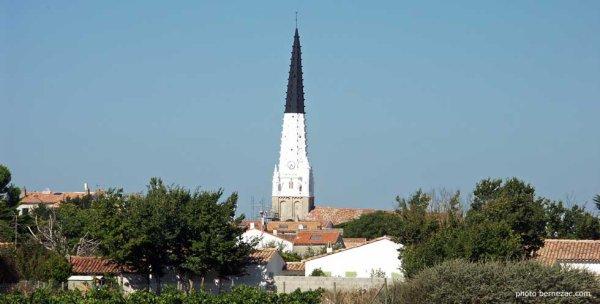 photo de l'église de Ars en Ré avec son clocher particulier Noir et Blanc pour faciliter la navigations des bateaux.