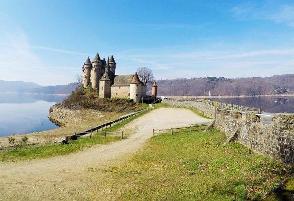 ci-dessous photos du Château de Val (cantal) que je suis allée visiter en voyage organisé