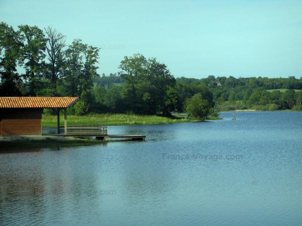 ci-dessous photo de l'étang de Cieux en Haute Vienne plus exactement dans les monts de Blond