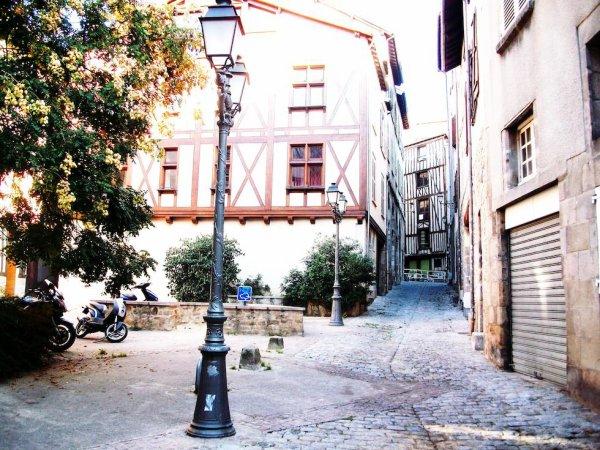 ci-dessous une photo du vieux Limoges qui est une merveille d'architecture