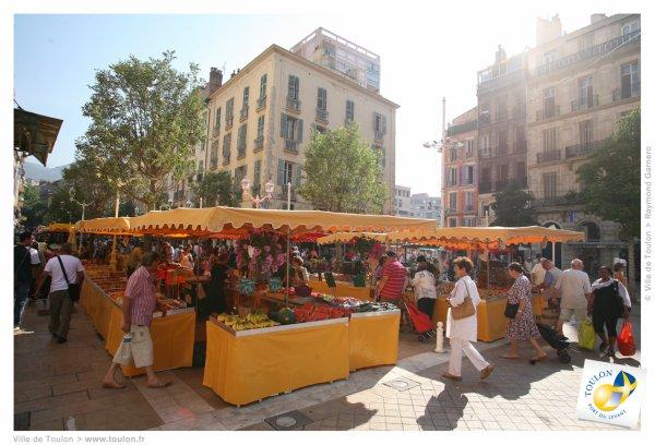 ci-dessous  une partie du marché de Toulon où j'ai eu le plaisir de déambuler et faire quelques achats