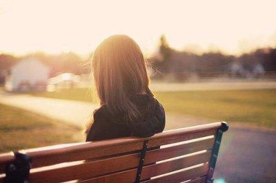 Toute la journée je suis bien , vivant mon train-train quotidien, mais à la seconde où je mets ma tête sur l'oreiller, les souvenirs affluent dans mon cerveau, des images défilent, des lieux, des visages enfin ton visage, à ce moment précis je suis prisonnière de mes flashbacks, je peux plus m'en échapper, un orage frappe, ça remonte, ça remonte, mon coeur bat plus fort c'est le moment où je suis le plus vulnérable, c'est le moment que je déteste le plus il me rappelle de toi mais je l'aime car t'es toujours là, tellement réel que je peux même te toucher, je préfère être insomniaque juste pour voir ton visage parce que t'es parti depuis si longtemps que je me rappelle plus de tes traits alors qu'ils étaient mes favoris ♥