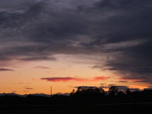Le soleil couchant est souvent beau. Seulement le crépuscule est trop près de lui !